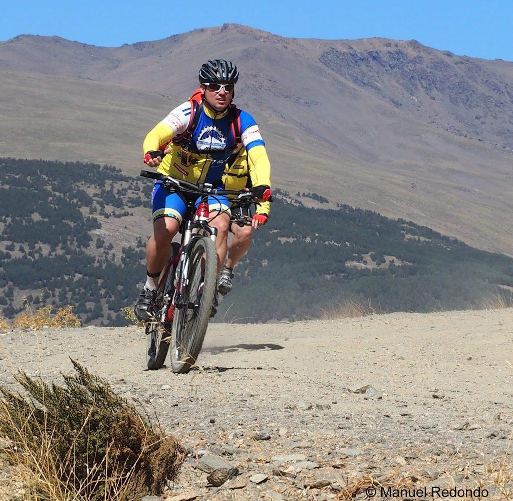 sierra nevada veleta berg mit radfahrer was machen in den alpujarras