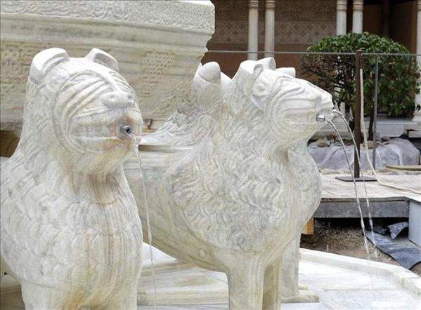 patio de los leones de la alhambra granada andalucía españa con un nuevo sistema de riego
