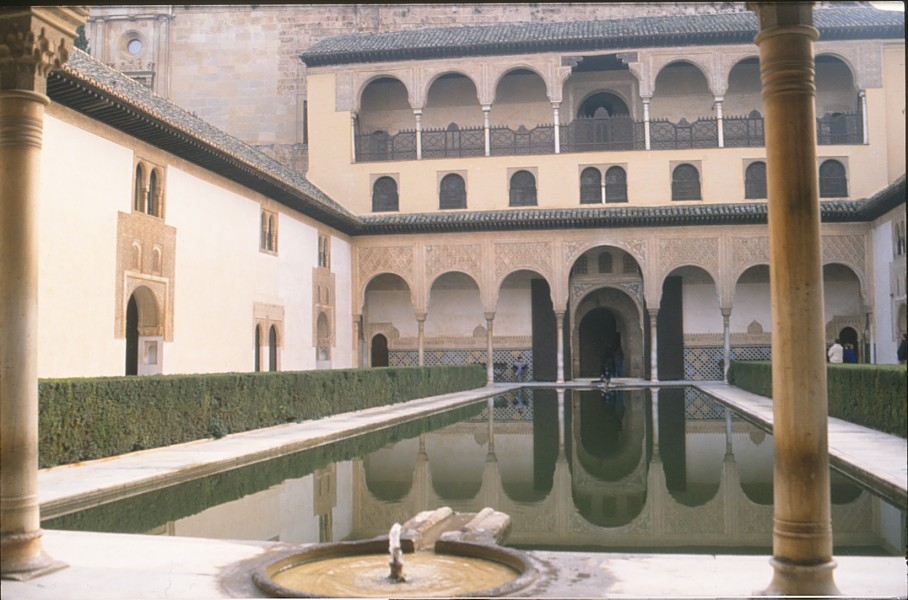 alhambra patio arrayanes granada
