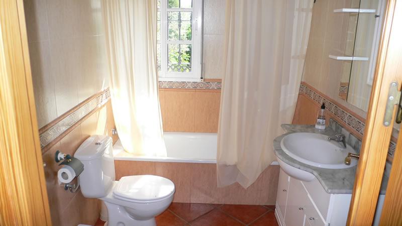 malaga casa de la torre ferienhaus badezimmer