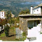 bubion, alpujarras, ferienvilla casa milagro garten und blick auf der kirche von bubion
